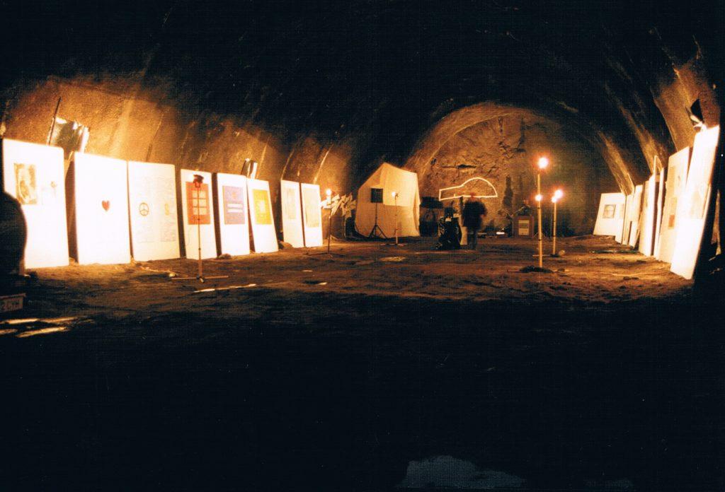 Symposion, Ausstellung im Fluchtstollen des Arlbergtunnels, 1999
