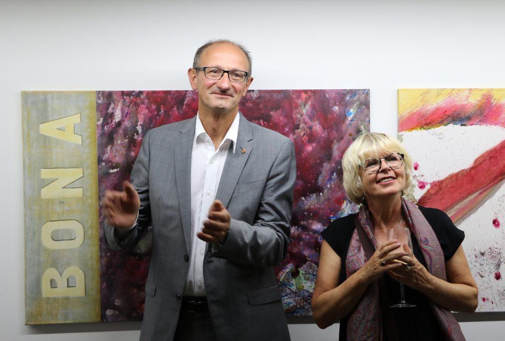 Vernissagenbesucher: LA Toni Mattle und Künstlerin Gabriele Fischer