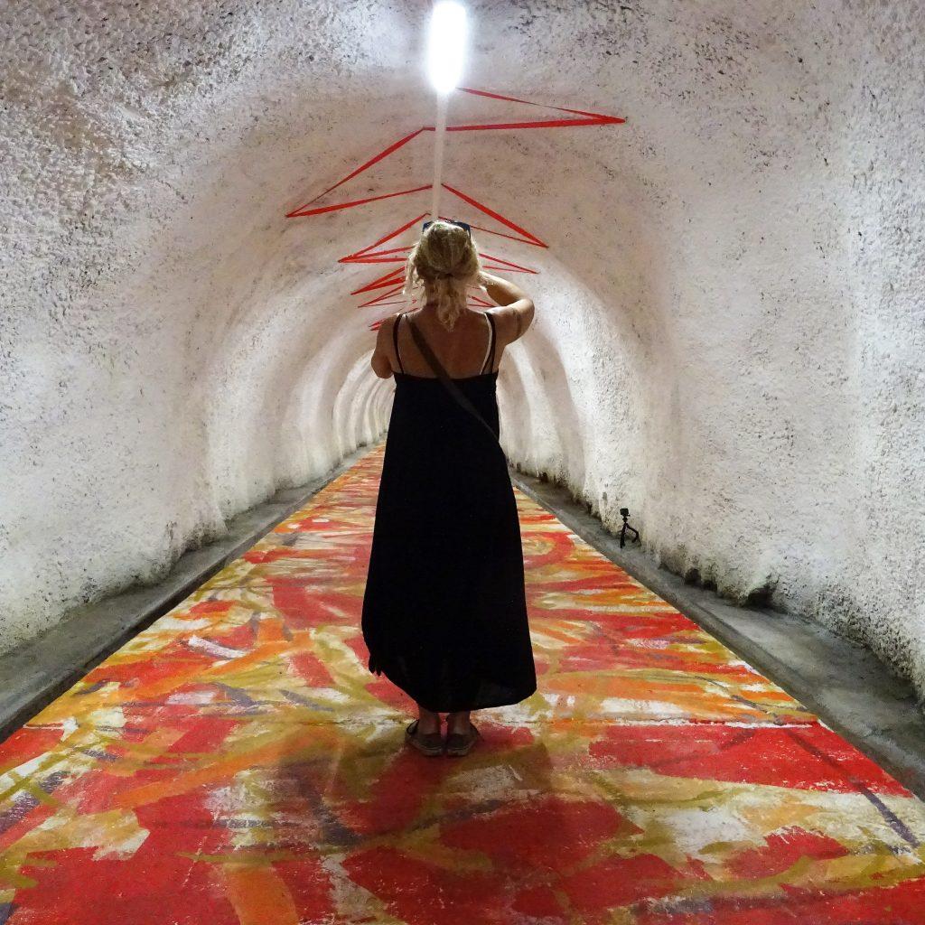Mädchen im Tunnel