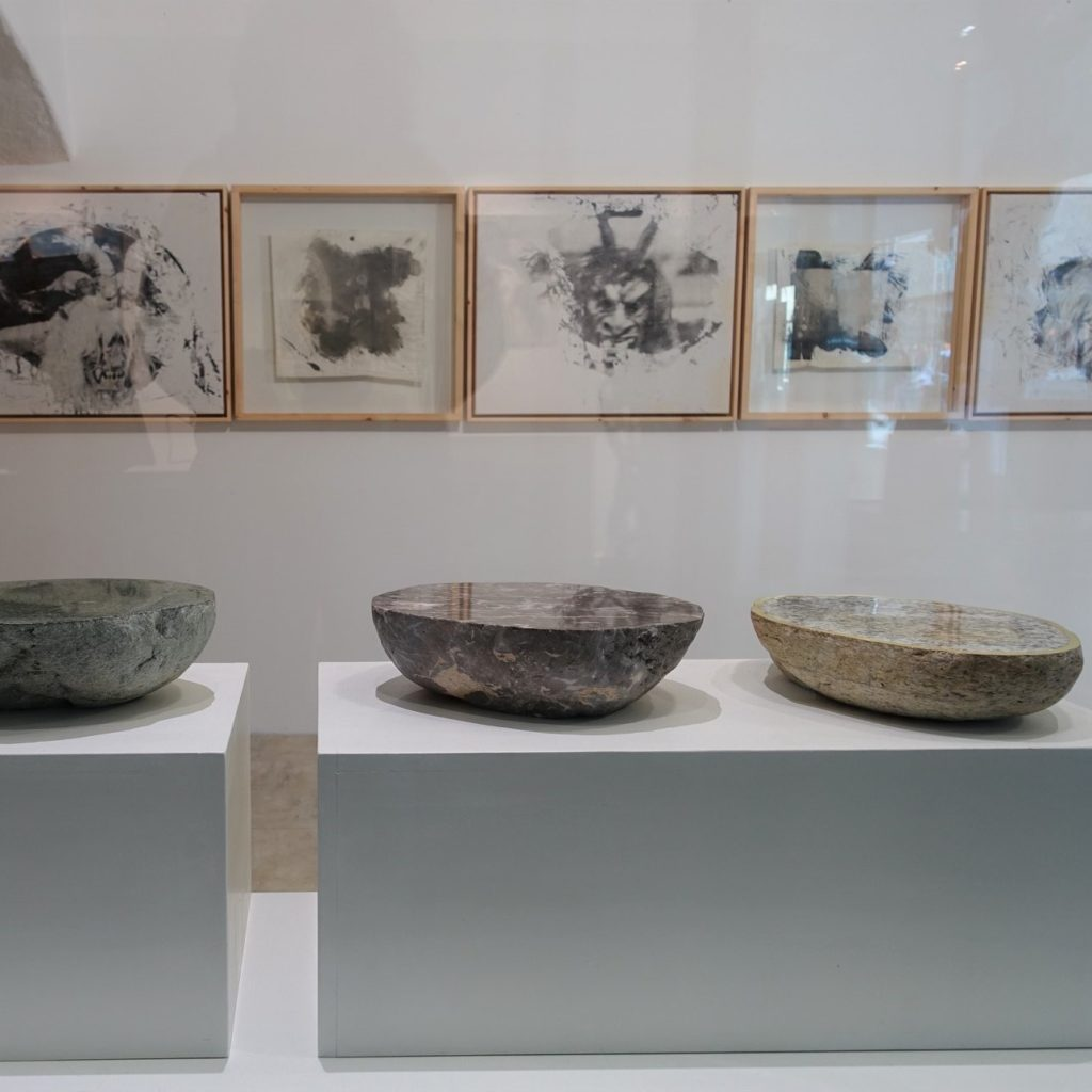Alois Lindenbauer (Steinobjekte) und Francesco Lopes (Fotografie) im Kunstraum Kramergasse 11/2 (mit Thordis Wolf, Installation)